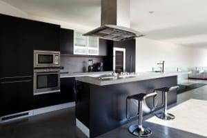 cozinha preta com ilha